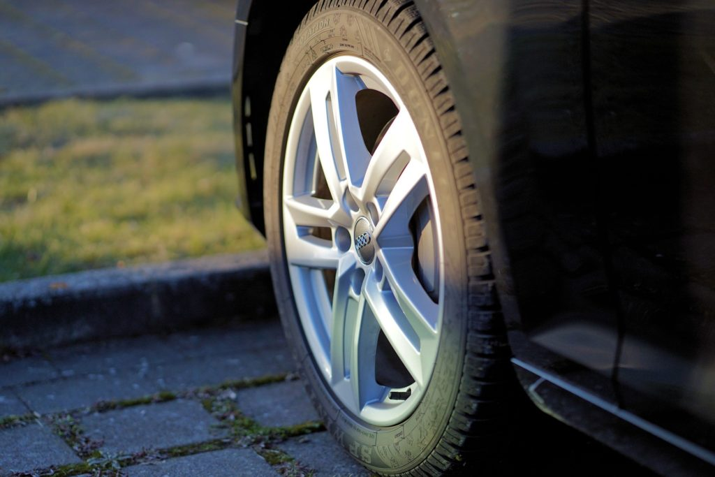 Auto Reifen mit Felgen
